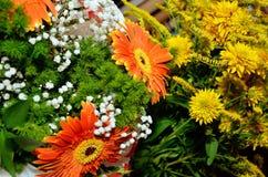 Букет красных и желтых цветков Стоковое Фото