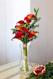Букет красных лилий calla в стеклянной вазе Стоковое фото RF