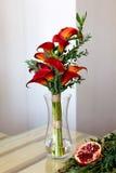 Букет красных лилий calla в стеклянной вазе Стоковая Фотография RF