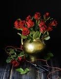 Букет красных роз в медном опарнике с ножницами селективным фокусом, концепцией Стоковые Фото
