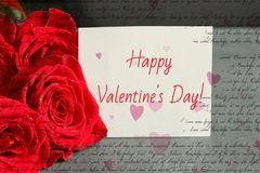 Букет красных роз и листа белой бумаги с поздравлением на день Валентайн, стоковая фотография rf