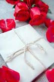 Букет красных роз и письма, примечания Стоковая Фотография RF