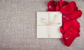 Букет красных роз и письма, примечания Стоковая Фотография