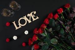 Букет красных роз и 2 стекел шампанского на черном bac Стоковая Фотография RF