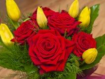 Букет красных роз и тюльпанов желтого цвета Стоковое Изображение RF