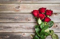 Букет красных роз на деревянной предпосылке Backgrou дня валентинок Стоковые Изображения RF