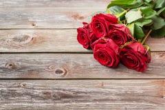 Букет красных роз на деревянной предпосылке Backgrou дня валентинок Стоковые Фото