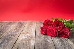 Букет красных роз на деревянной предпосылке Backgrou дня валентинок Стоковое Изображение RF