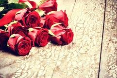 Букет красных роз на предпосылке grunge Стоковые Фото