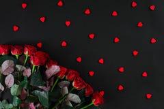 Букет красных роз на черной предпосылке Взгляд сверху Валентинки Стоковое Изображение RF