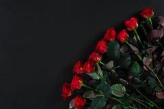 Букет красных роз на черной предпосылке Взгляд сверху Стоковая Фотография RF