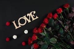 Букет красных роз на черной предпосылке Взгляд сверху Стоковые Фотографии RF