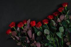 Букет красных роз на черной предпосылке Взгляд сверху Стоковое фото RF