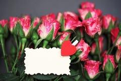 Букет красных роз на черной штейновой предпосылке Стоковые Фото