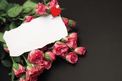 Букет красных роз на черной штейновой предпосылке Стоковое фото RF