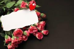 Букет красных роз на черной штейновой предпосылке Стоковая Фотография RF