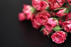 Букет красных роз на черной штейновой предпосылке Стоковое Изображение