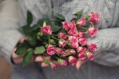 Букет красных роз на черной штейновой предпосылке Стоковая Фотография