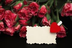 Букет красных роз на черной штейновой предпосылке Стоковые Фотографии RF