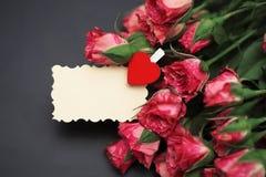 Букет красных роз на черной штейновой предпосылке Стоковые Изображения RF