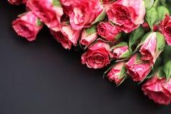 Букет красных роз на черной штейновой предпосылке Стоковое Изображение RF