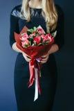 Букет красных тюльпанов в руках girs непознаваемо Стоковые Фотографии RF