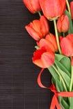 Букет красных тюльпанов на темной предпосылке с космосом для текста Стоковая Фотография