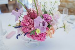 Букет крупного плана установил свежих роз, astilbe, гвоздики, delphinium, eustoma, ornithogalum, лаванды и гортензии стоковое фото