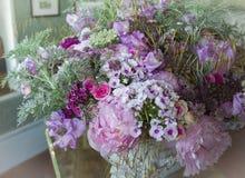 букет лист розовых орхидей пионов зеленых и декоративных заводов Стоковая Фотография