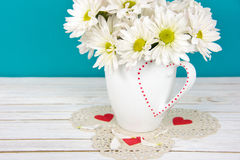 Букет маргаритки на кружке валентинки стоковые изображения