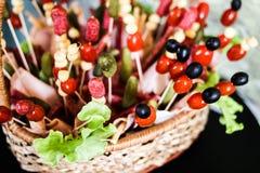 Букет мяса закуски огурца, оливки и сосиски стоковые фотографии rf