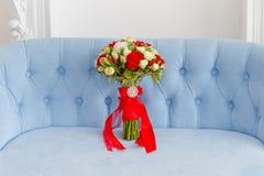 Букет на голубой софе Стоковая Фотография