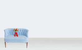 Букет на голубой софе стоковая фотография rf