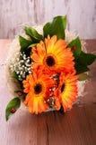 Букет оранжевых gerberas на деревянной доске Стоковые Фото
