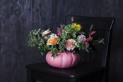 Букет осени флористический в вазе тыквы на черном стуле Стоковая Фотография RF