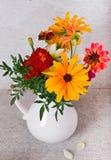 Букет от желтых и оранжевых цветов в белой вазе Стоковые Фотографии RF