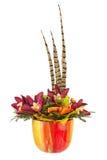 Букет от искусственных цветков орхидеи и пер фазана Стоковые Изображения