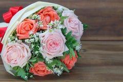 Букет от розовых цветков на деревянной предпосылке стоковые изображения rf