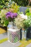 Букет пестротканых цветков в стальном танке в саде Стоковое Изображение
