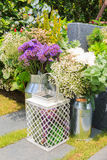 Букет пестротканых цветков в стальном танке в саде Стоковое Изображение RF