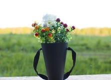 Букет полевых цветков на заходе солнца в поле стоковое фото