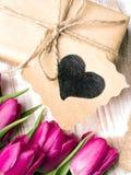 Букет подарочной коробки и тюльпанов на белой деревянной предпосылке Стоковые Фото