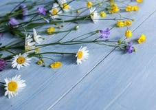 Букет полевых цветков на деревянном Стоковые Изображения