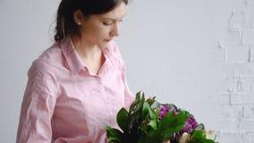 Букет проверки девушки флориста различных цветков стоковое изображение
