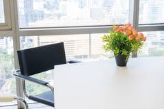 Букет пластичных цветков помещенных на столе Стоковые Изображения
