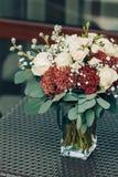 Букет различных белых и коричневых цветков в вазе на плетеной таблице Конец-вверх asama Стоковое Фото