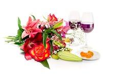 Букет разнообразного конца-вверх цветков, вина и кумквата на белизне стоковое фото rf