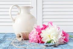 Букет розовых и белых цветков пиона Стоковое Изображение