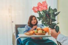 Букет розовых роз в руках супруга который принес lo стоковая фотография