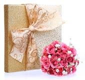 Букет розовых роз и подарочной коробки золота изолированной на белизне Стоковые Фото